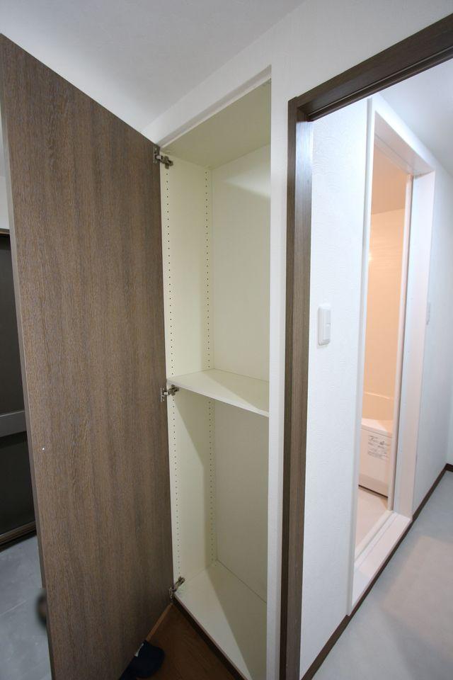 玄関横に収納スペースを設置。 わずかな空間も無駄にせず有効活用!!