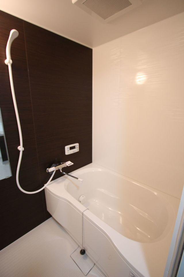 浴室も平成29年に新調されていますので、 気持ちよくお使い頂けます。 キッチンからお湯はりや追い焚きの操作ができる 便利なオートバスです。