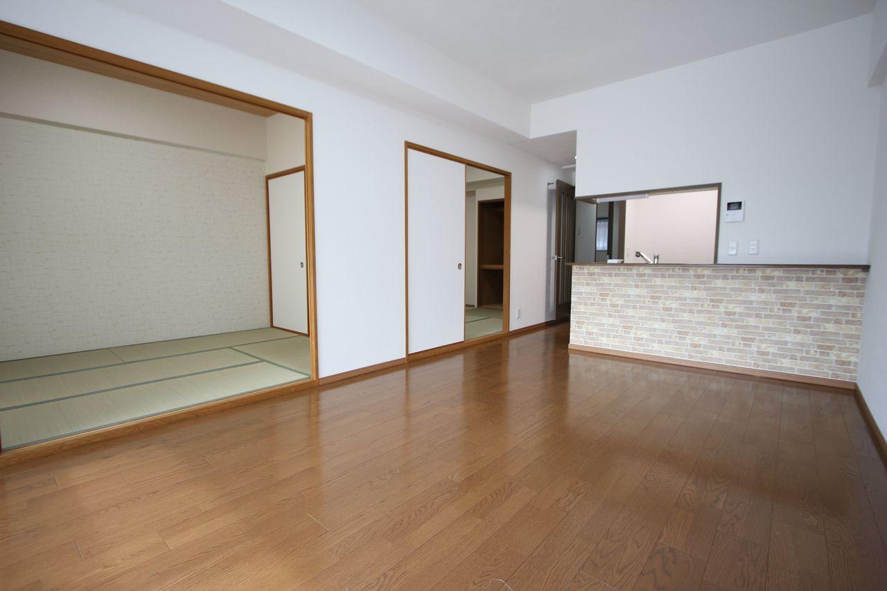 和室を合わせると25帖以上の大きな空間になります。 お客様が大勢いらしても、ゆったりおくつろぎ頂けますね。