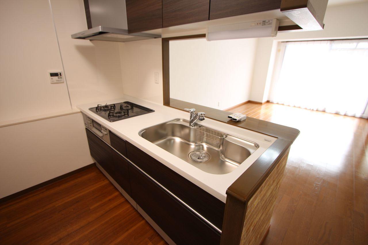 システムキッチンも平成29年に新調されています。 落ち着いた色合いで汚れも目立ちにくいですね。