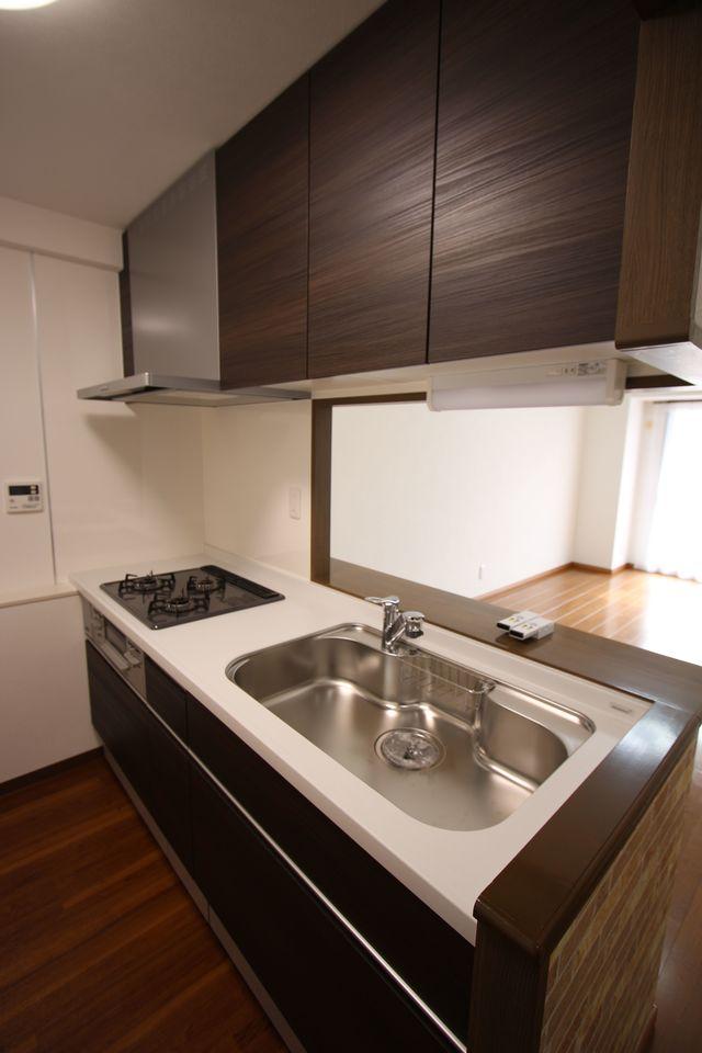 吊戸棚をそなえ、沢山の調理器具もすっきり片付きます。 大型のシンクと3口コンロでお料理がはかどります。