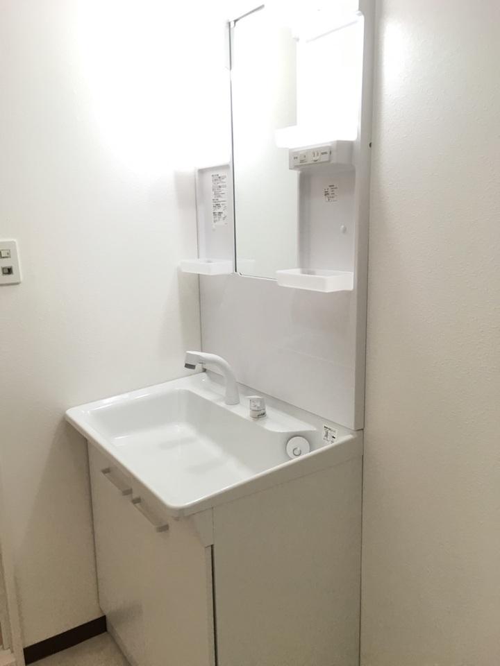 新調した洗面化粧台です 毎日の身だしなみチェックはこちらでどうぞ 小物を置くスペースもあって使い勝手便利です