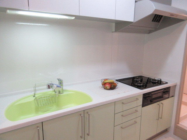 白を基調にしたキッチンですので、清潔感がありますね。