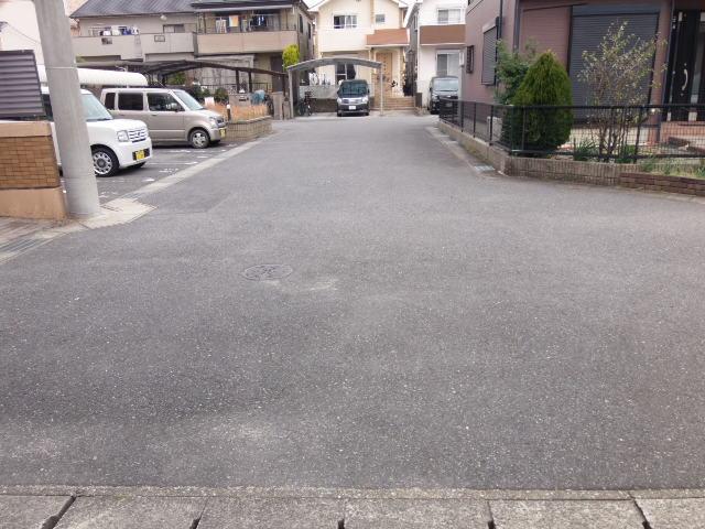 前面道路はゆとりある幅約6m 車通りも少なく、見晴らしも良いので駐車もスムーズです