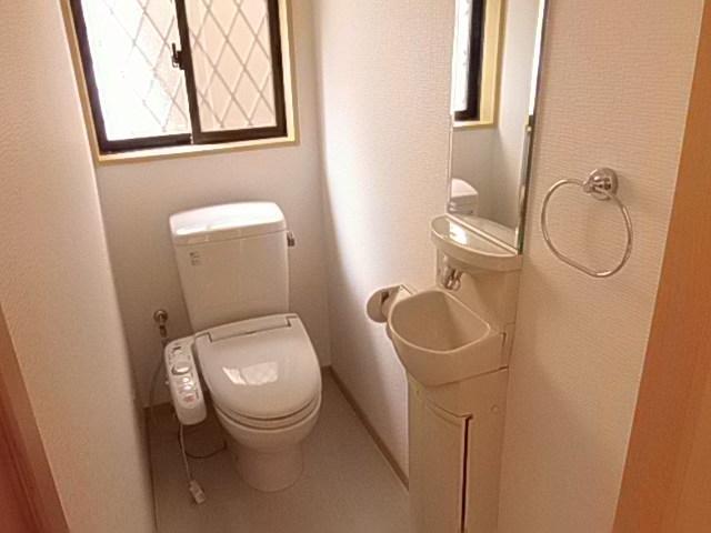 お手洗いのついた使い勝手の良いトイレ 落ち着きのある空間です