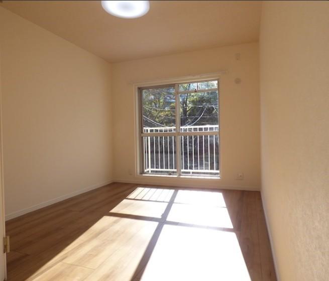 日当たりの良い2階洋室。