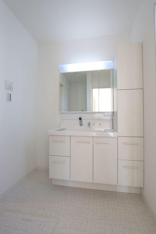 幅90cmのワイドサイズ。 収納棚や床下収納も 備えております。