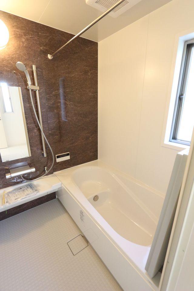 浴室乾燥機付きでカビを予防。 追い焚き機能も完備しております。