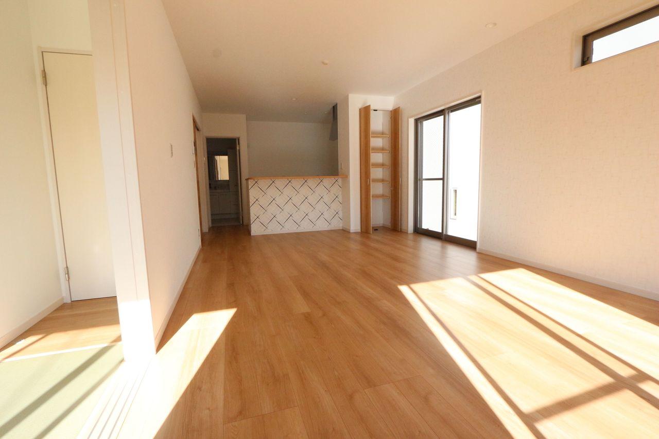 3面の窓から光が入る明るい室内。