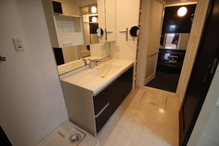 ワイドな鏡を備えた洗面台 収納力が嬉しいですね