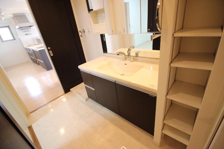 清潔感溢れるスタイリッシュなデザインの洗面台です