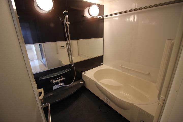 広めの浴室は解放感が違います 浴室乾燥機付きなので、雨の日はお洗濯物も干せます