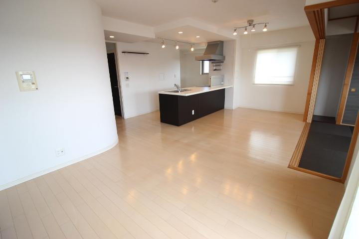 LDK17.3帖のLDKです キッチンはスポットライトとダウンライト付 高めの天井でゆとりある空間です