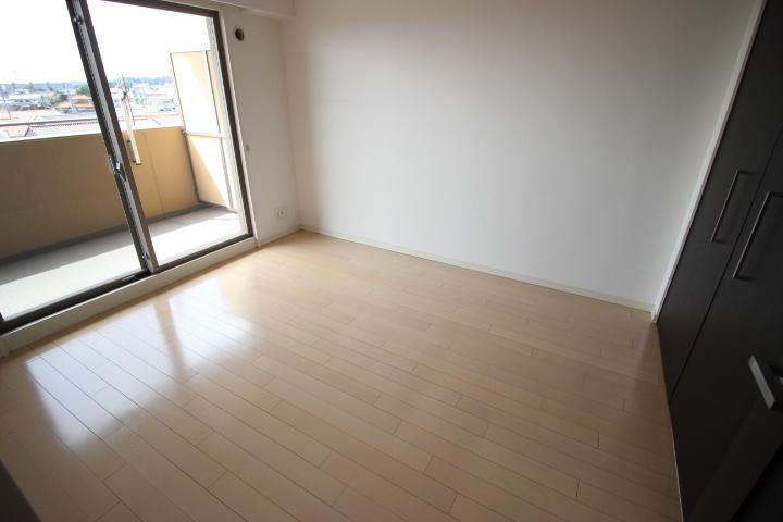 白を基調とした開放感あふれるルームデザイン カーブかかった壁が特徴的なリビングです