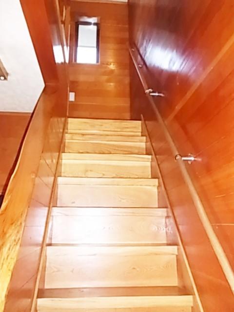 木目のきれいな階段には手すりが付いていて 上り下りも安心です。