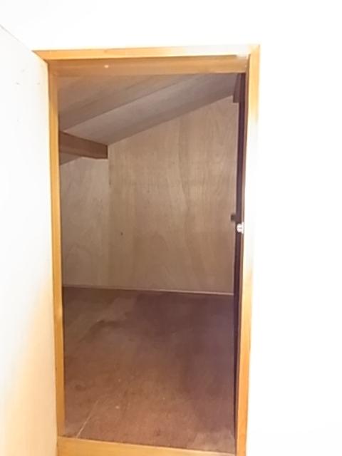 2階奥の洋室には嬉しい屋根裏収納があります