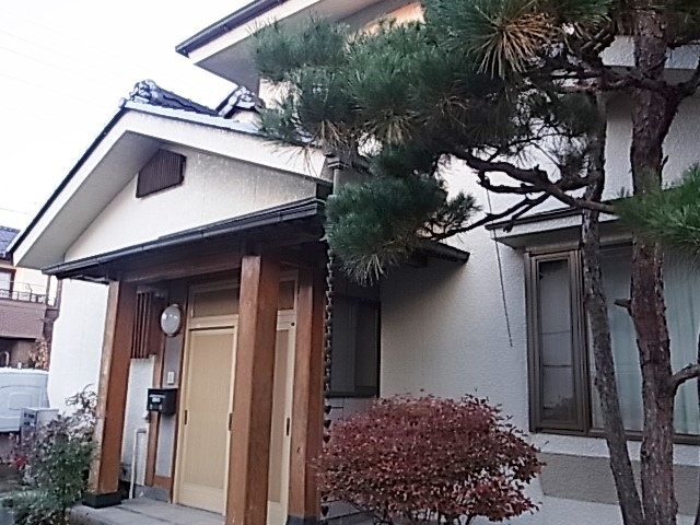 風格ある無垢材を玄関柱に使用
