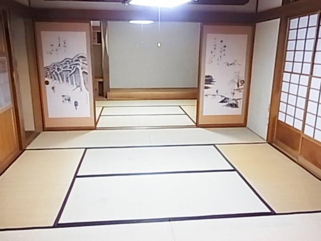 1階和室は二間続きでご使用いただけます 正面の趣向を凝らした棚付きの床の間や襖絵が高級感を引き立てます