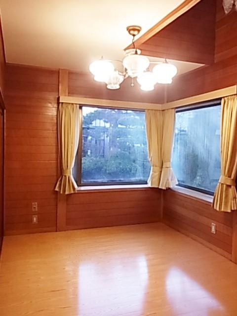 吹抜けの窓と2面の出窓からの採光で 明るい1階洋室