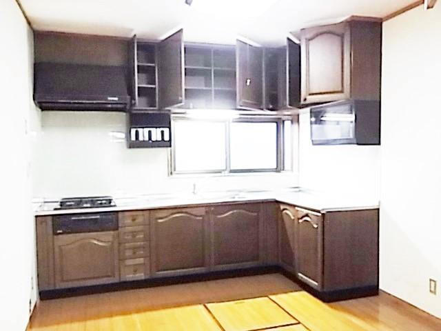 機能性に加え全体の雰囲気と調和のとれた木目調キッチンカウンター