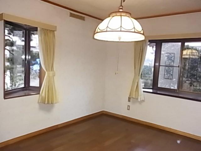 2か所の出窓で明るいキッチン横の洋室