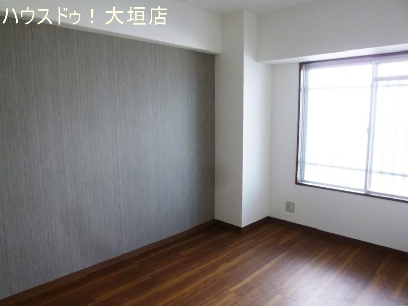 グレーの壁で落ち着いたイメージの室内。