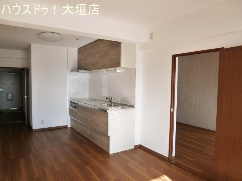 キッチン台はリビングと一体化するカラーでお部屋を広く見せます。