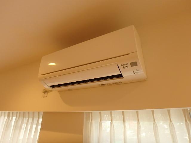 リビングにエアコン一基設置されています。