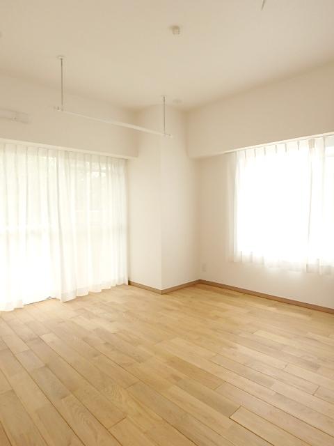 6.5帖の洋室 二面採光で開放感のある室内です。