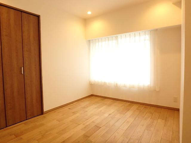 約5帖の洋室 クローゼット扉もフローリングの無垢材と合わせて統一感あります。