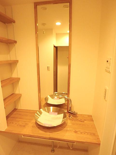 個性的でスタイリッシュな洗面台 左の棚では魅せる収納を。
