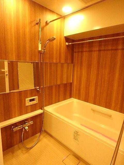 リラックスできるウッディな雰囲気の浴室