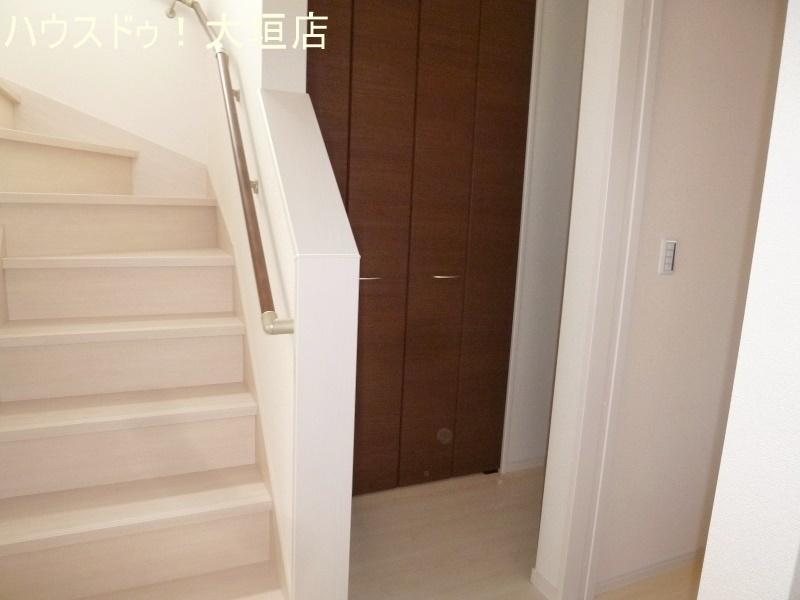 階段横にも嬉しい収納スペース。