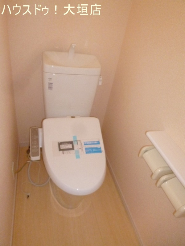 温水洗浄便座付きのトイレ。 トイレは1階2階にございます。