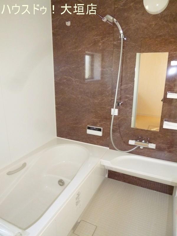 浴室には窓がついています。 湿気が溜まりやすいので浴室の換気もバッチリです!
