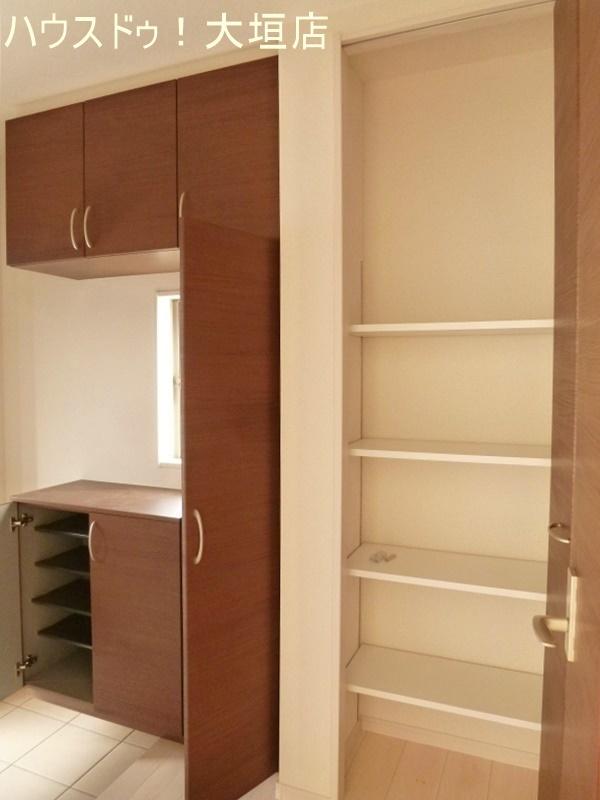 玄関ホール横の収納は備え付けの棚付きで便利です!