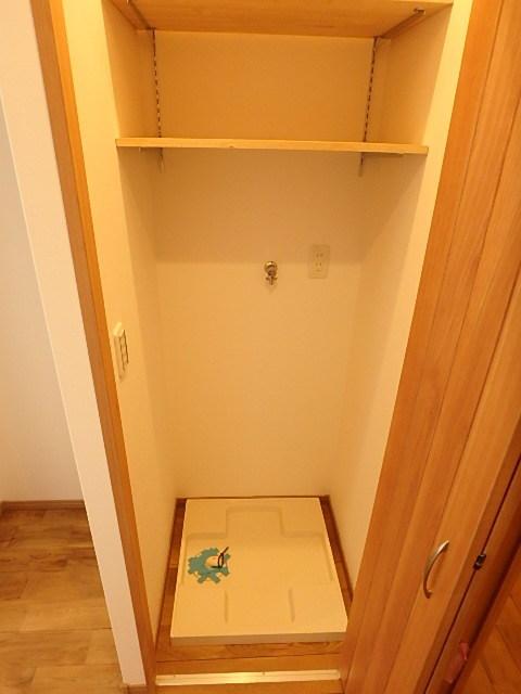洗濯機置場には扉があり、隠す収納が可能です。