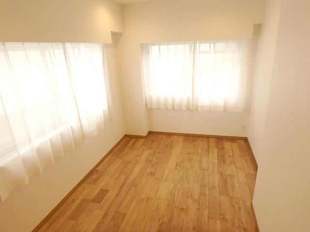 約6.3帖の洋室 北側のお部屋ですが、北と東に窓があり明るい室内です。