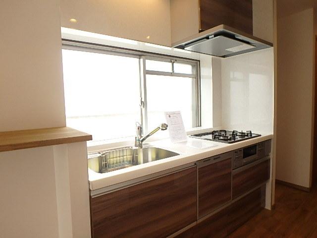 キッチンには大きな窓があり自然光でも明るく、換気もしっかりできるので匂いが籠りません。