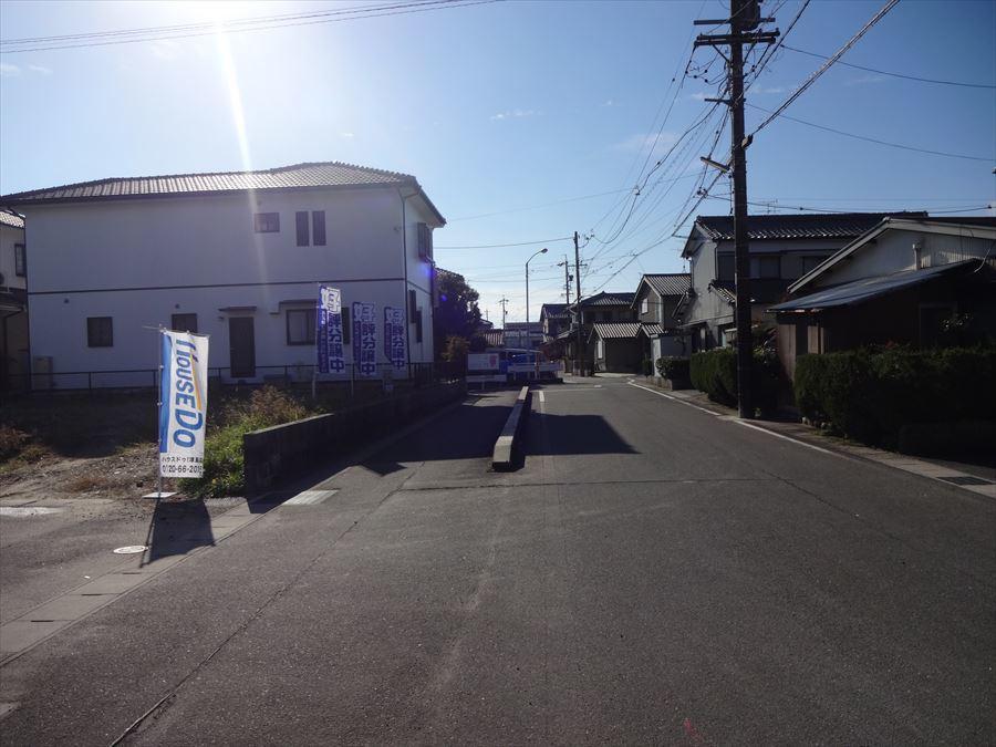 西側道路。 歩道もあり、交通量も少ないのでお子様も安心。