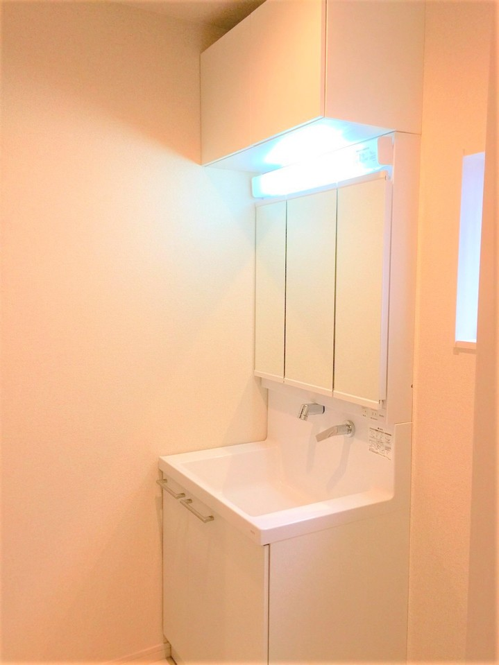 洗面スペースに収納スペース♪ 吊戸棚完備♪