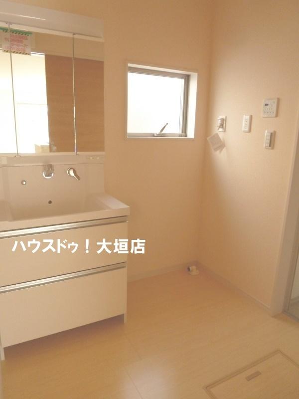 身支度に便利な三面鏡の洗面台。収納もあります♪