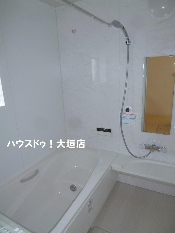 広い浴槽、ゆっくり湯船につかれます。