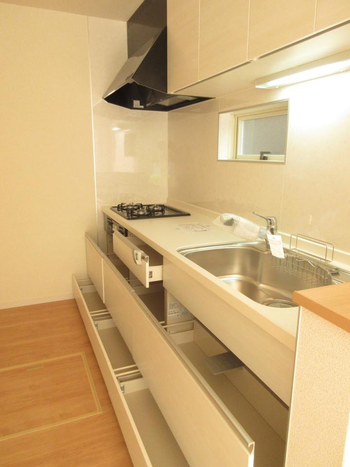 キッチンには小窓があり、換気にも便利です。
