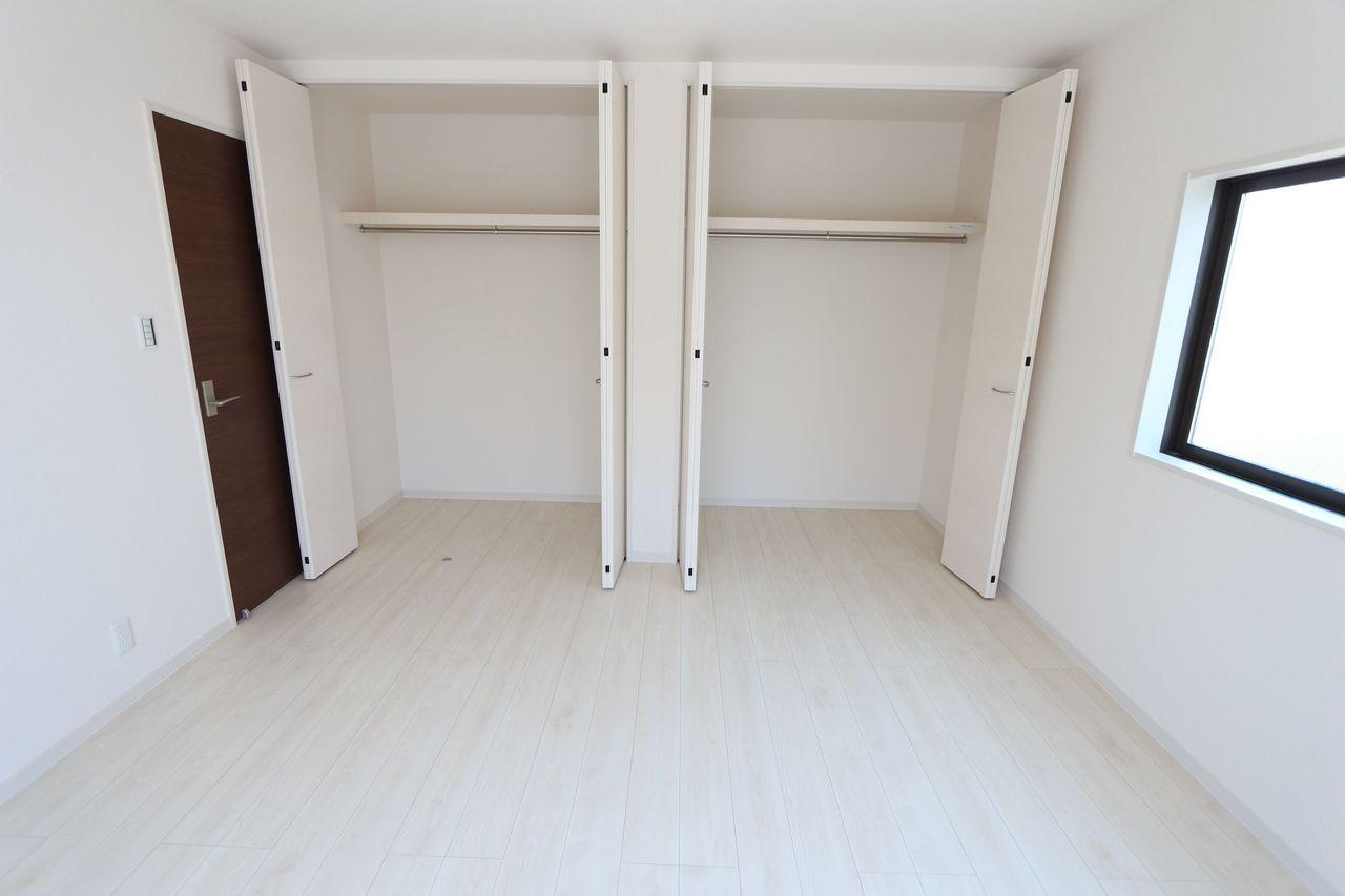 壁一面にクローゼットを配置。 沢山のお洋服をお持ちでも安心です。