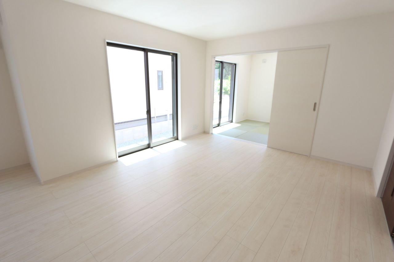 白を基調とした明るい室内です。
