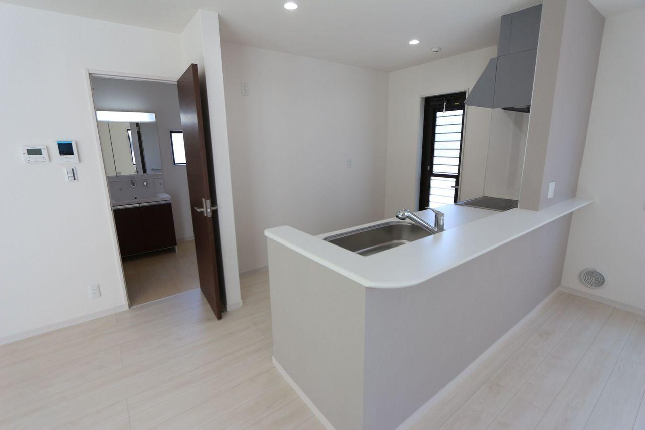 キッチン・洗濯・浴室と水回りを 1か所に集めた便利な間取りです。