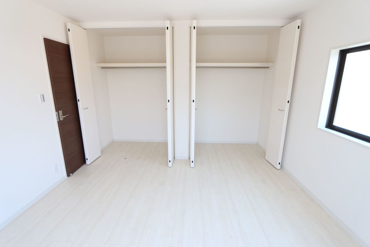 8帖洋室には壁一面に クローゼットを配置しました。