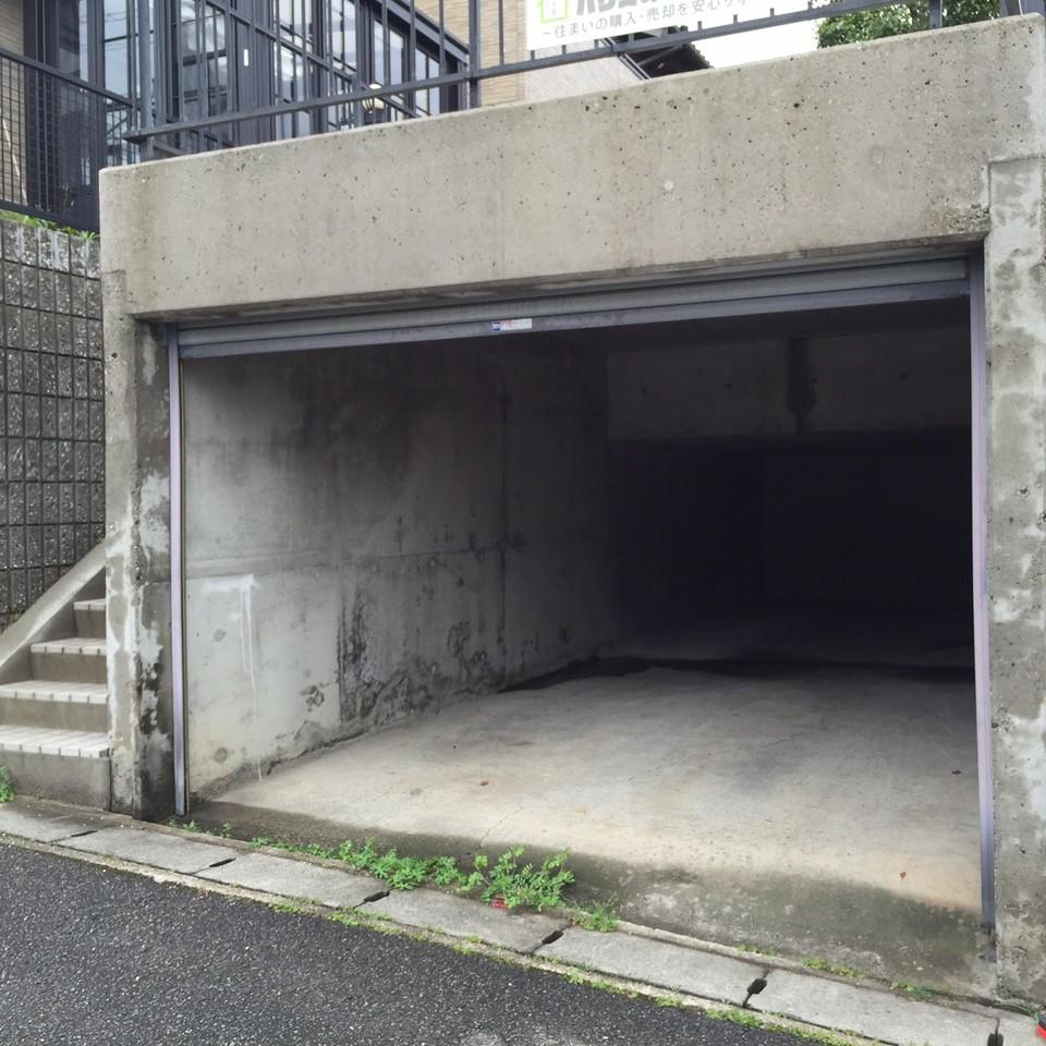 車2台分のガレージ付きで雨の日も安心です! ※縦列駐車、車種によります。