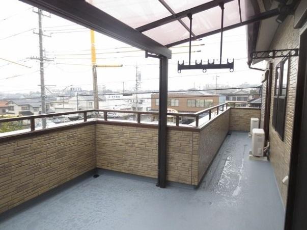 ◎広々バルコニーには屋根つきなので、突然の雨も安心ですね♪